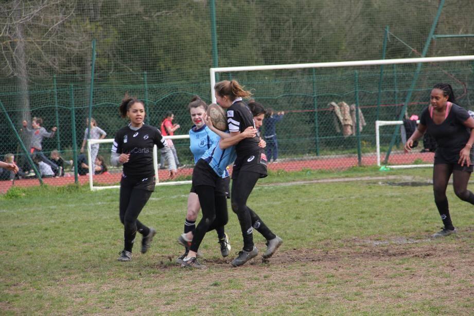 Les élèves se sont entraînées au parc des Bouillides lors de cette journée de promotion du rugby féminin.