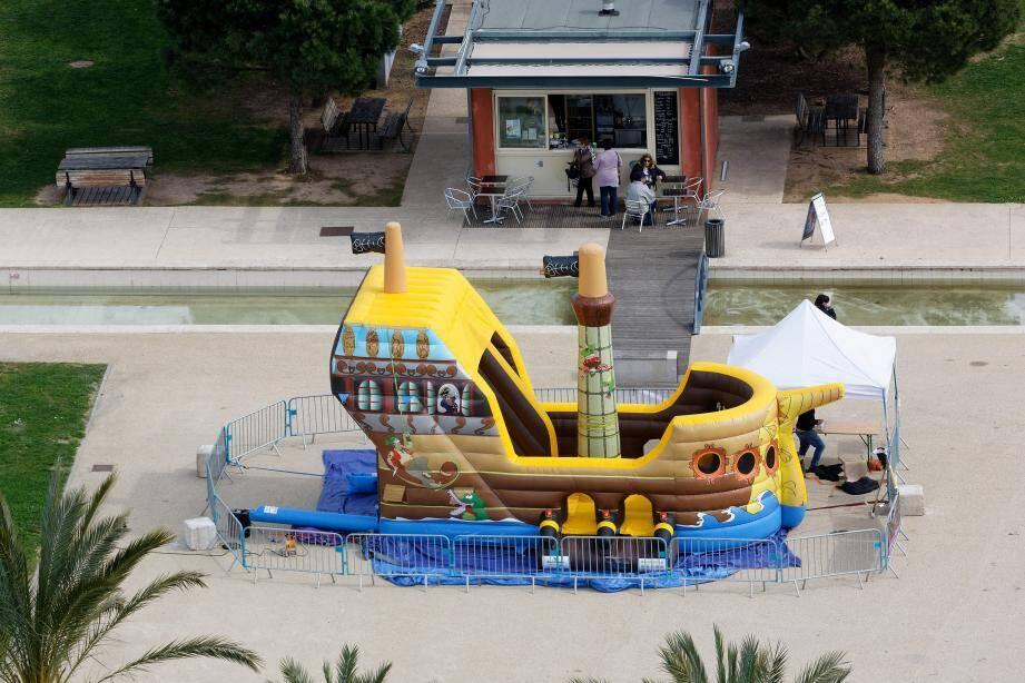 """Le bateau gonflable est déjà proposé aux """"assauts"""" des enfants au parc de La Navale."""