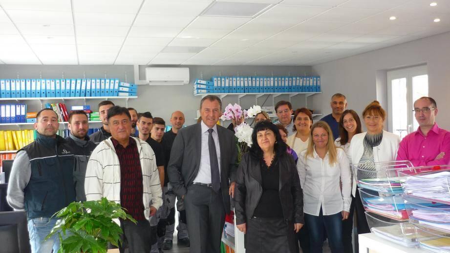 L'équipe Bâtiment énergie qui a réalisé les travaux a rejoint le personnel des services Finances et Informatique pour l'inauguration des locaux.