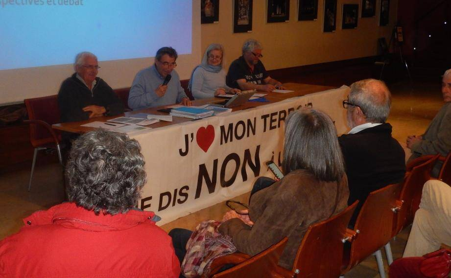 Assemblée générale de Stop LGV Sanary avec de gauche à droite Pierre Vuillemin (vice-président), Michel Lieutaud (président), Béatrice Laparra (secrétaire) et François Croiset (trésorier).