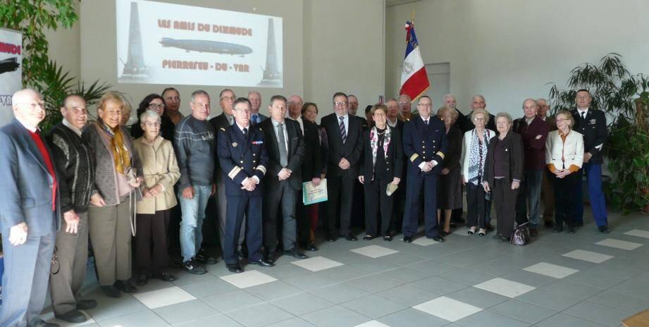 Pierre Saulnier (au centre, diplôme à la main) entouré des élus, des instances civiles et militaires et des adhérents.