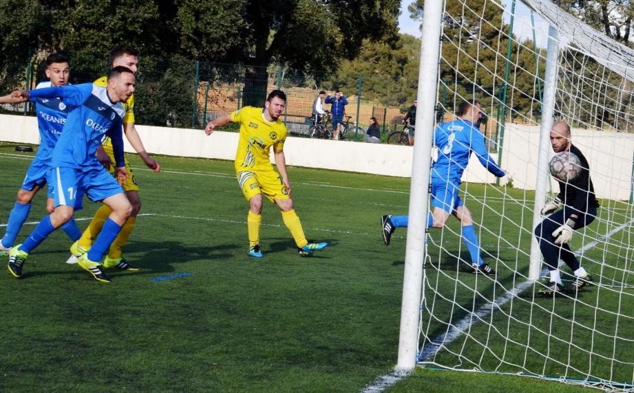 Le but inscrit de la tête par Julien Grécas (n°3) qui prend à contre-pied le gardien borméen Alex Abello.