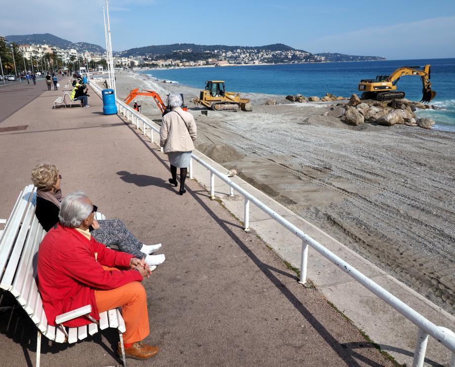 Bulldozer sur le rivage à étaler les tas de galets, pelleteuse sur l'épi rocheux. Les grandes manœuvres pour préparer les plages avant le début de la saison ont commencé. Elles vont durer 10 semaines, selon la Ville.