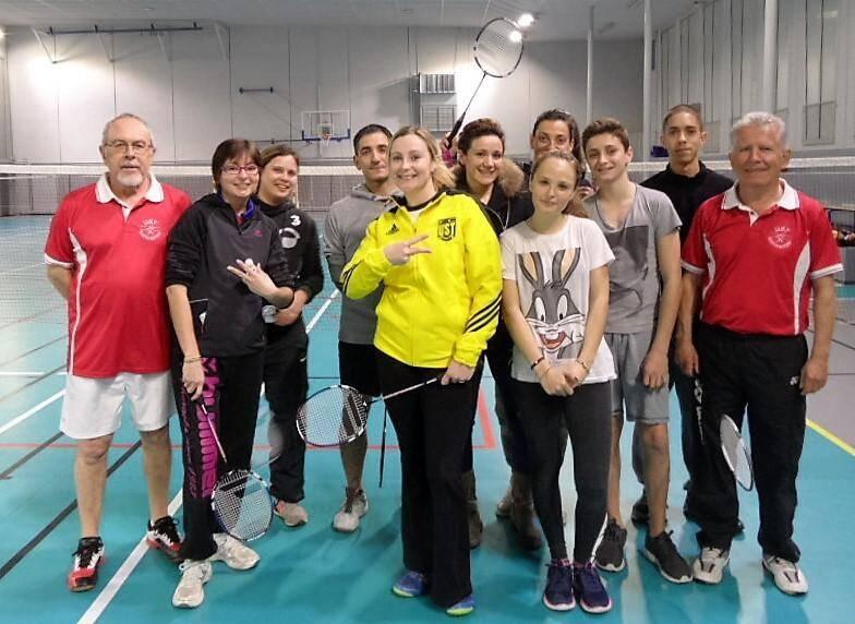 Les joueuses de football sont aussi de redoutables adeptes du badminton, en toute décontraction.