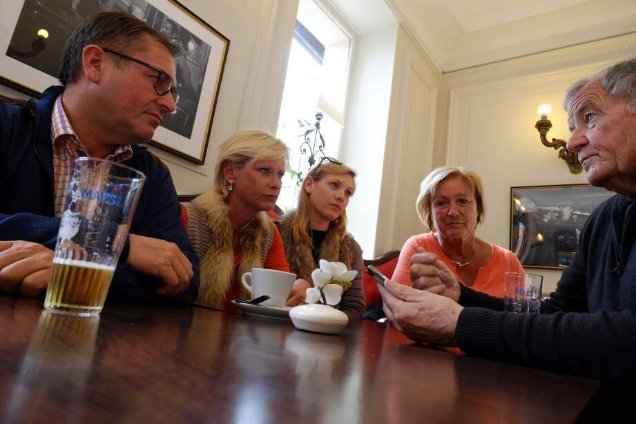 Réunis hier au Café de France de Sainte-Maxime, les membres de la communauté belge du Var avaient du mal à joindre leurs proches à Bruxelles.