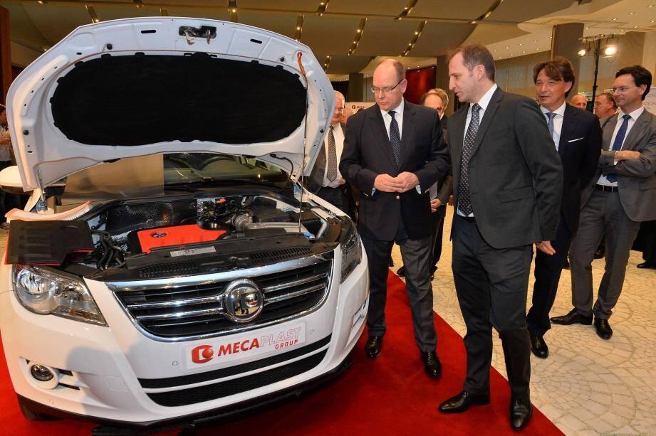 Guidé par Thierry Manni (à droite), président du conseil d'administration de Mecaplast, le souverain a découvert hier soir cette voiture symbole de l'innovation du groupe monégasque.