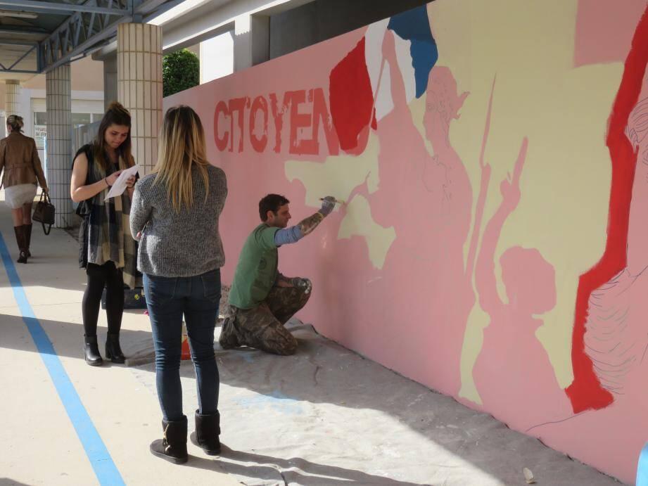 L'artiste Docteur Cobain (Christian Eck) encadre les élèves dans cet appel à projet du rectorat de l'académie de Nice sur le thème de la laïcité.