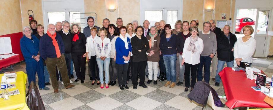 Entourés par les 24 auteurs, Eliette Revest, Françoise Varin, adjointe déléguée aux associations, le maire Gilbert Pérugini, Laura Gambino et Christiane Orelut.