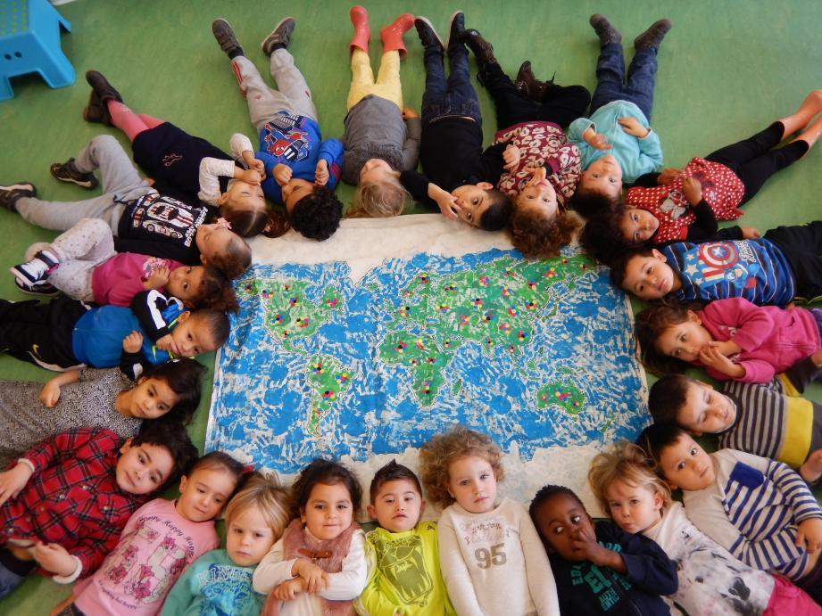 La classe de petite section s'est réunie et investie pour le concours. Des enfants, des couleurs, des différences pour une même humanité !                                                                                                                               (DR)