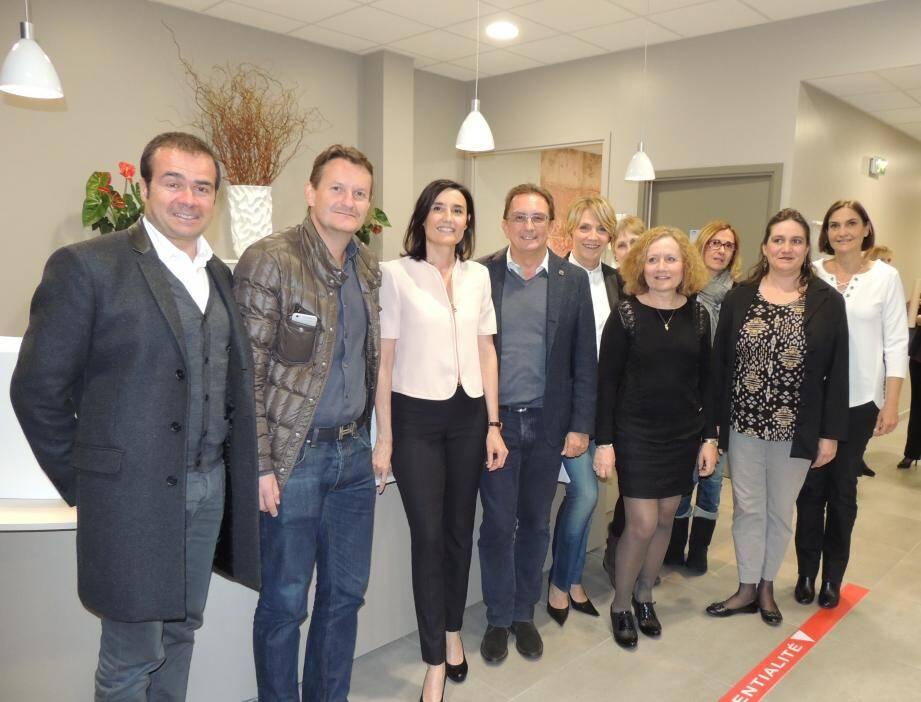 Autour de Jean-Marc Dubertrand, président du groupe Bioesterel, Valérie Faruel et Annick Minebois ainsi que l'ensemble du personnel étaient particulièrement fiers de présenter leurs locaux flambant neufs.