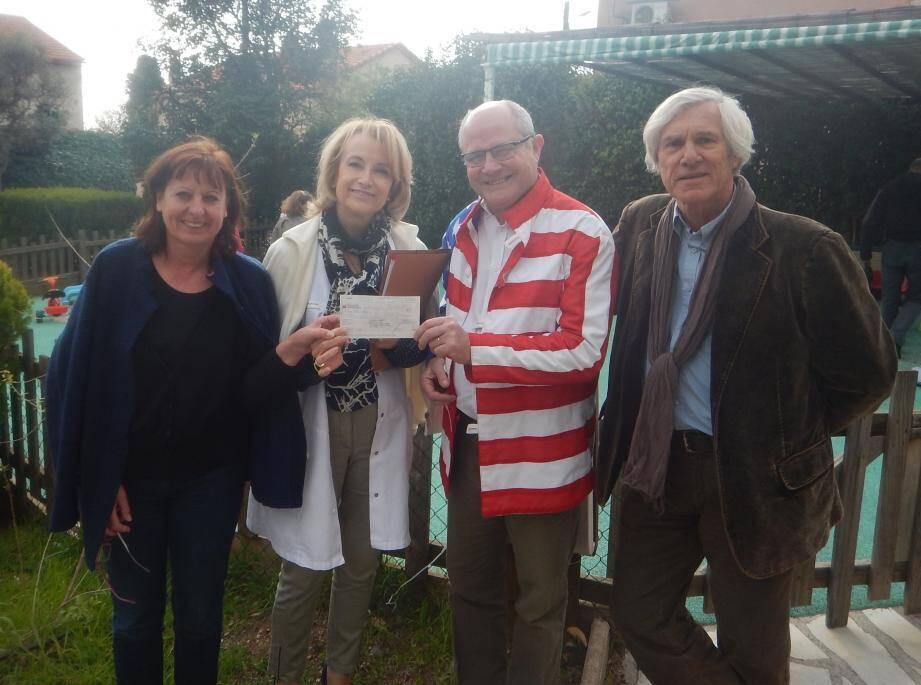 L'association France Médical Rock a remis un chèque à la pouponnière « Les Lauriers Roses » qui contribuera à l'achat d'un minibus pour emmener les enfants à leurs rendez-vous médicaux. Sur la photo, de gauche à droite : Michèle Pourchier, Viviane Valour, Régis Lieutaud et Bruno Courgenay.