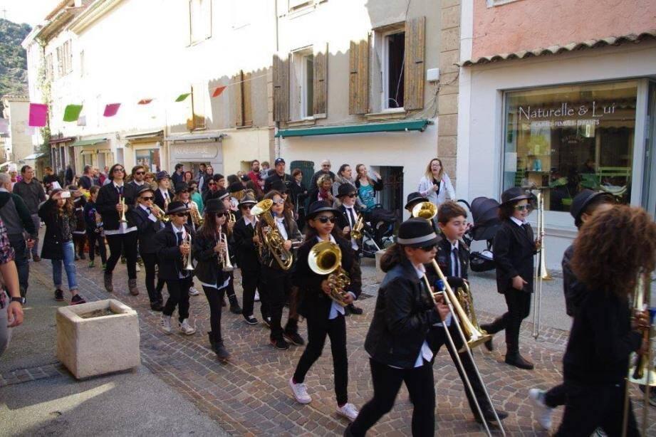 L'orchestre composé d'élèves de CM1 au défilé des enfants des écoles.