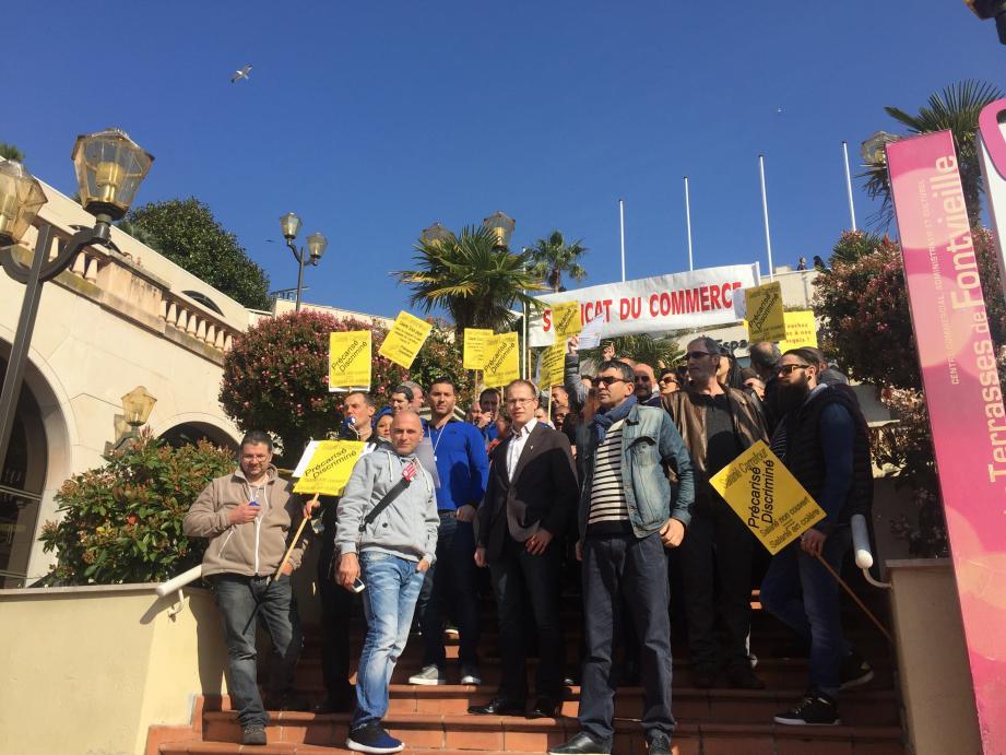 Une bonne centaine d'employés de Carrefour Fontvieille ont protesté hier matin pour faire valoir leurs droits sociaux, surtout au sujet des salaires et des couvertures santé en cas de maladie.
