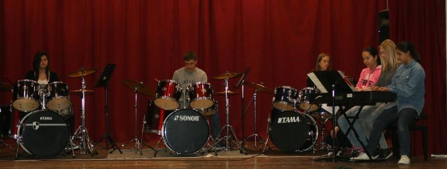 Un bel ensemble piano-batterie pour jouer « rock session ».