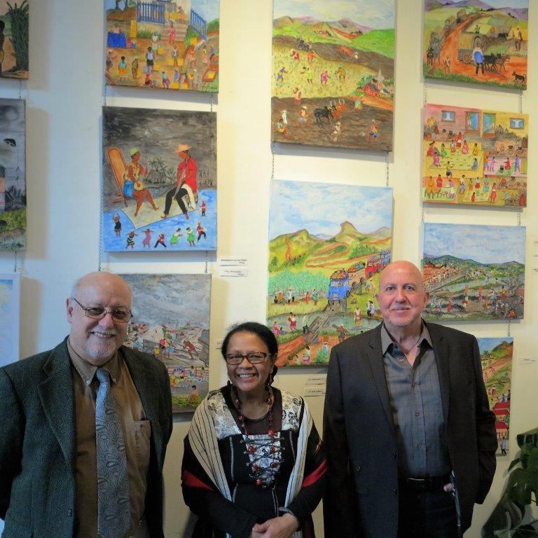 Noro devant ses œuvres avec (de gauche à droite) Alain Antier et Patrick Wellens, successivement directeur et président du Relais Peiresc.