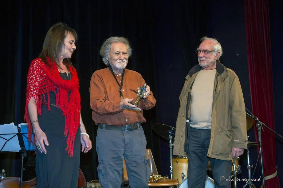 Entouré de Valérie Pecot, chanteuse, et de Serge Baudot, de La revue Jazz Hot, Robert Pettinelli s'est vu remettre le trophée Charly Parker.