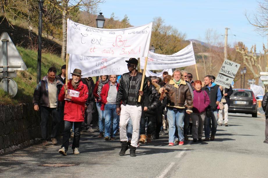 Le collectif de citoyen opposé au projet de découpe de l'intercommunalité a battu le pavé lundi, dans l'ancien chef-lieu de canton. Une pétition a également été lancée, elle recense plus de 200 signatures.