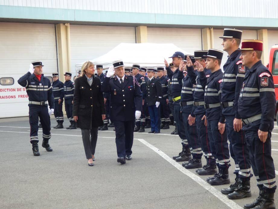 Françoise Dumont, présidente du conseil d'administration du SDIS, et le colonel Eric Martin ont félicité les officiers.