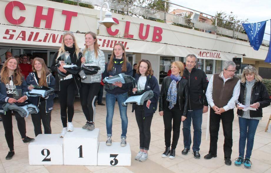 Le podium féminin, avec les personnalités (de gauche à droite), Sylvie Gauthier, adjointe, le maire Philippe Léonelli, le président de l'office de tourisme, Jean-Pascal Debiard et la présidente du Yacht club, Aline Olivon.