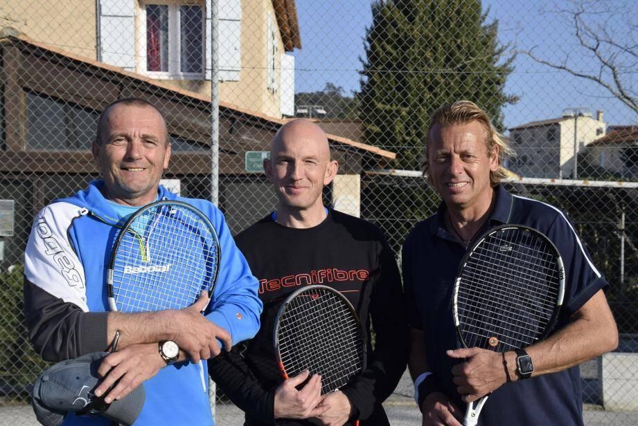Le dernier match du samedi : Jean-Pierre Guillot, du Service des Sports de la Croix-Valmer rencontre Frédéric Minne du club de St-Tropez. Au milieu Frédéric Gervais, juge-arbitre de Carqueiranne, qui gère le tournoi.