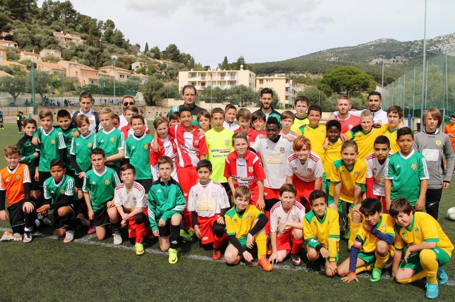 Les jeunes footballeurs des catégories U12 et U13, lors du tournoi du souvenir, ont honoré ici la mémoire de Sauveur Gennarino, ancien joueur et dirigeant de l'UAV.