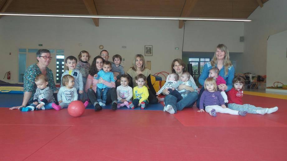 Née il y a seulement un mois, l'association compte aujourd'hui huit nounous. Ce mercredi matin, une quinzaine d'enfants évoluaient dans la salle du Dojo des Blaquières.