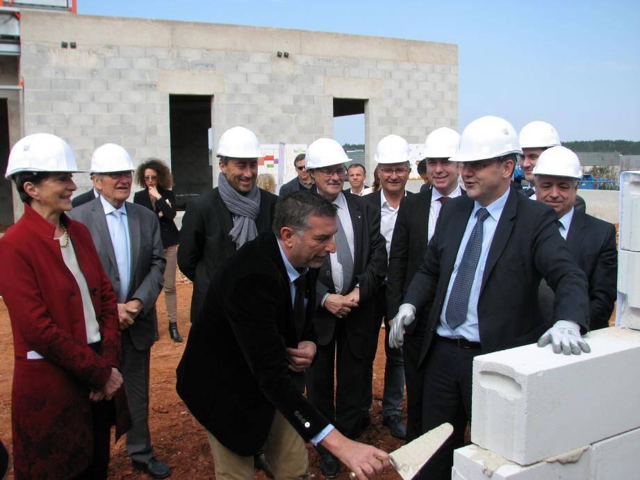 Jean-Marc Goguillon, directeur d'exploitation du futur site brignolais (truelle en main), a posé la première pierre de «son» usine, aux côtés de Josette Pons, maire de Brignoles, et Éric Gardet, directeur régional Sud de la Sodexo.