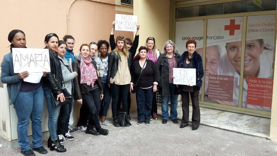 Une quinzaine de personnes mobilisées, soit plus de la moitié du personnel du SAAD de la Croix-Rouge de Grasse, pour dénoncer leur prochaine cession à l'Amapa, dans les semaines à venir en principe.