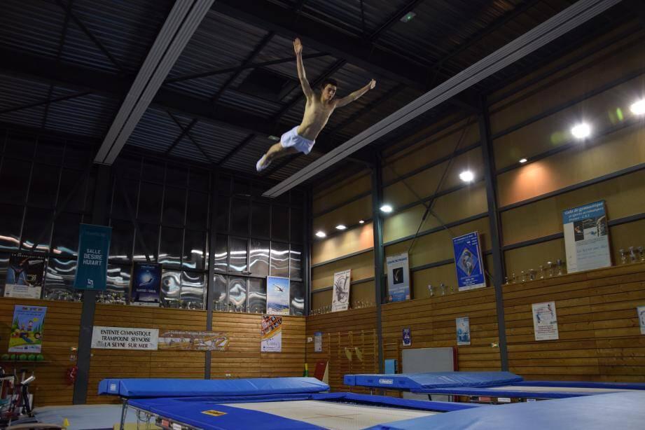 Alexis Chevalier défend les couleurs de l'Entente gymnastique trampoline seynoise à Valladolid.