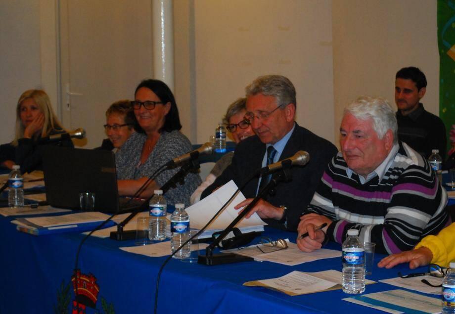Le maire, Gil Bernardi (au centre) a invité le conseil à s'opposer à l'adhésion de la commune à la charte, à l'issue du débat.