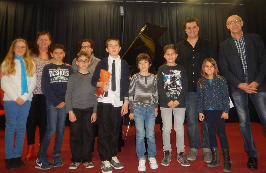 Des élèves entourés des professeurs de piano. De gauche à droite : Annie Estachy, Susanna Vanuls, Martial Palacios et le directeur de l'école de musique Gérard Passalacqua.