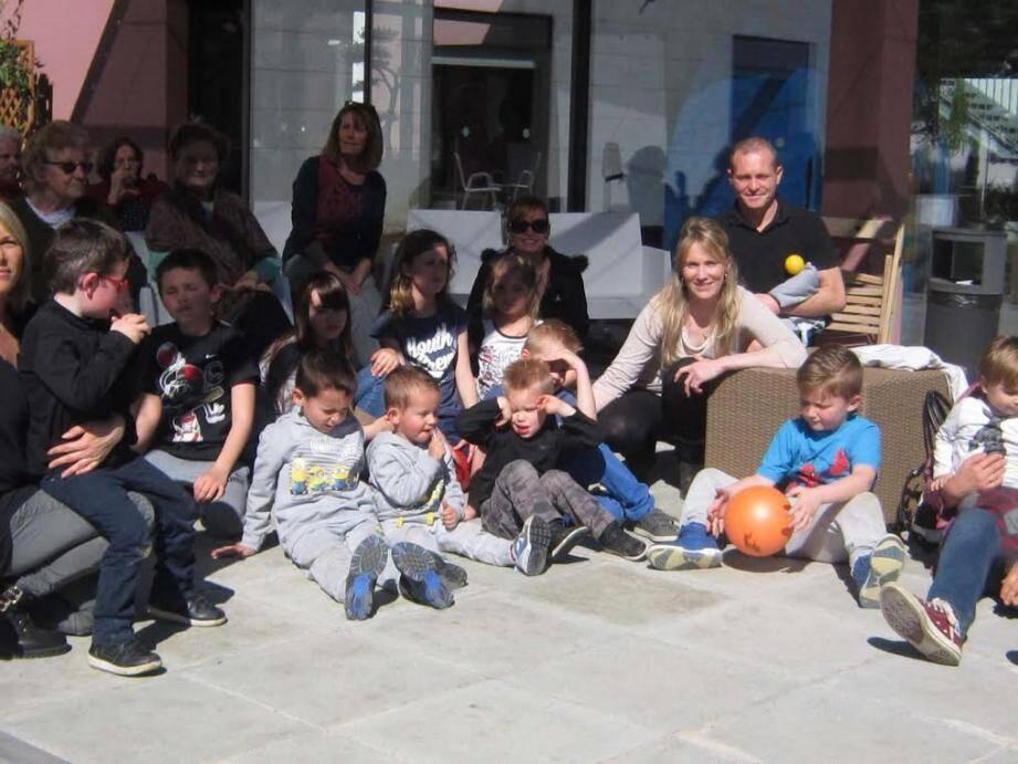 Les résidents ont aidé les enfants à trouver les œufs de Pâques.