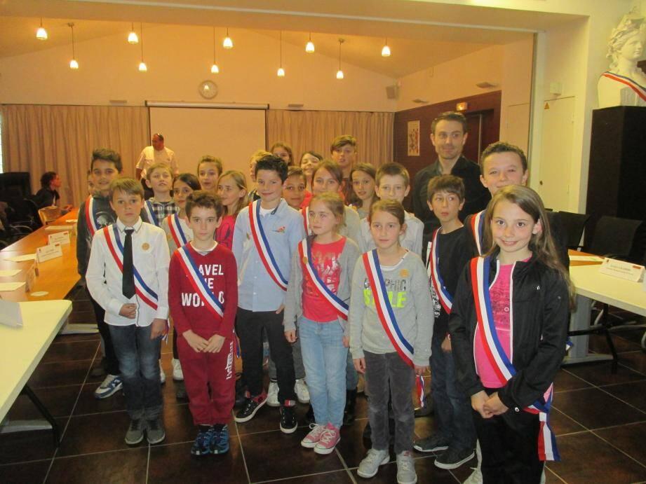 En fin de conseil, les jeunes élus ont reçu leurs écharpes tricolores « cousues mains » par la flayoscaise France Migliaccio.