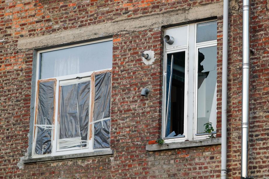 Une fenêtre brisée de l'appartement perquisitionné à Bruxelles.