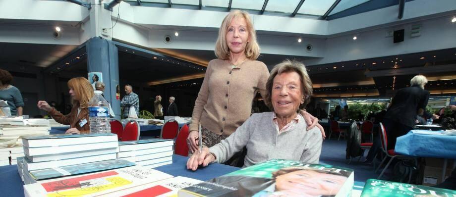 Benoîte Groult (ici avec sa fille au salon du livre de Hyères, sa ville d'adoption)