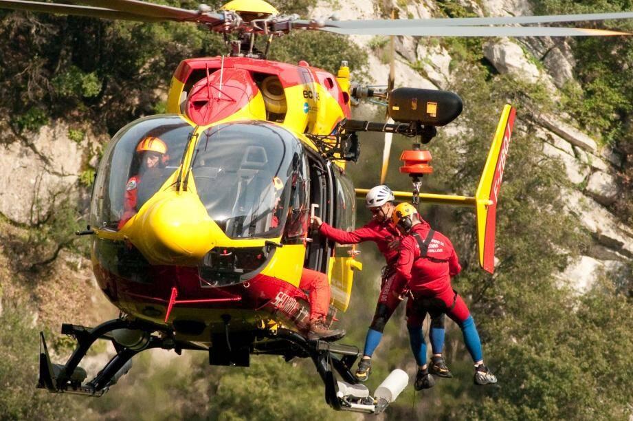 L'hélicoptère Dragon 06 a hélitreuillé la victime d'une chute sur le sentier du littoral, à Ramatuelle, vers le centre hospitalier de Gassin.