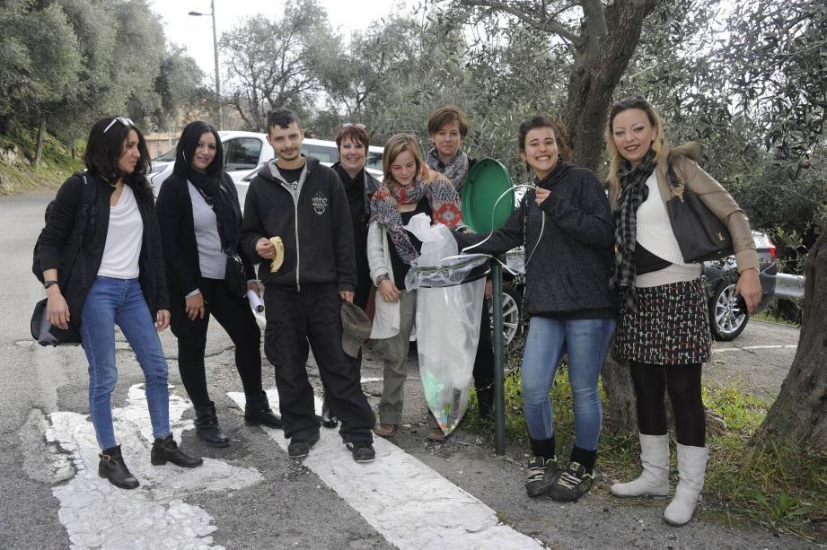 Les jeunes de la Mission Locale de Grasse entrain de « valoriser les déchets à la source », comme le fait l'association ELIA 06.