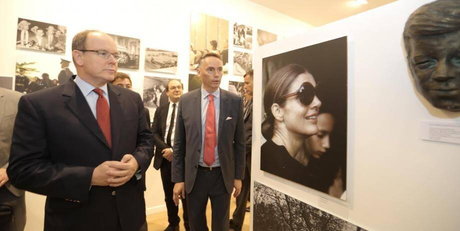 Albert II de Monaco a parcouru l'exposition où de nombreuses photos de Jackie Kennedy, de son mari John Fitzgerald Kenney et de la princesse Grace tapissent les murs de la Galerie Ferrero.