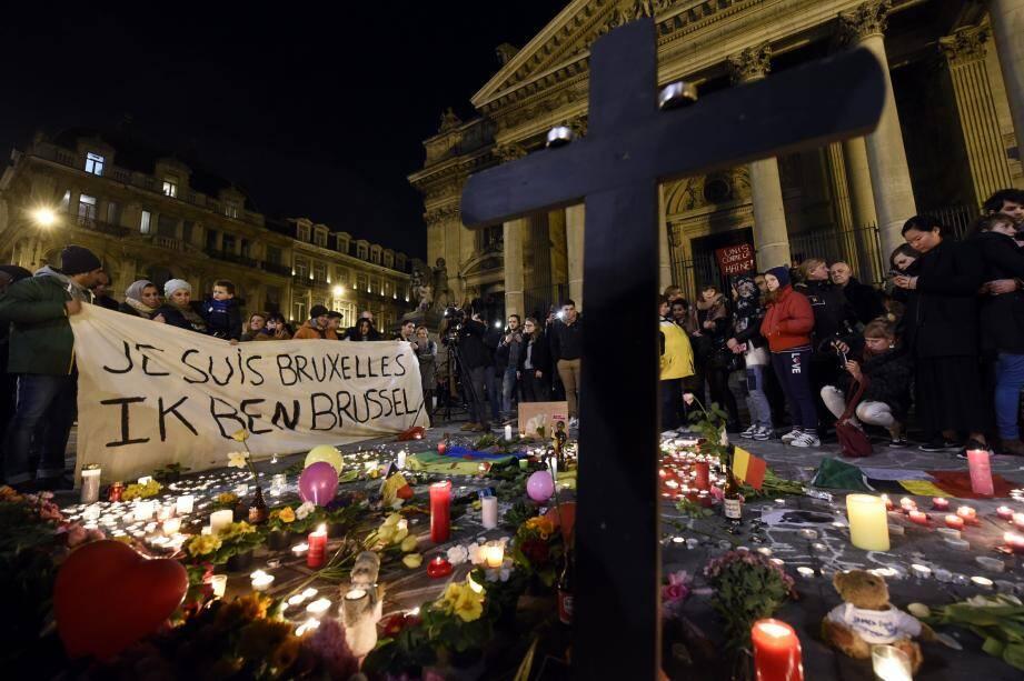 ©PHOTOPQR/L'EST REPUBLICAIN ; TERRORISME - ATTENTATS BRUXELLES - STATION METRO MAALBEEK - AEROPORT ZAVENTAM - ETAT ISLAMIQUE - EI - DAESH - DAECH - KAMIKAZE - COLIS PIEGE - HOMMAGE - MEMOIRE - SOLIDARITE. Bruxelles 22 mars 2016.Des personnes tiennent un drap sur lequel il est écrit