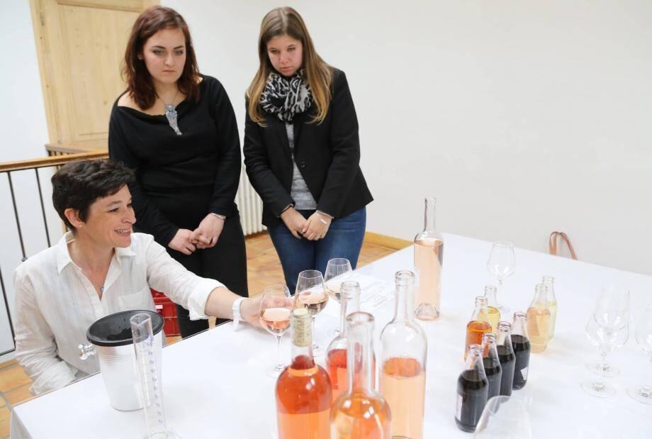 Laurence Berlemont, présidente du Cluster, fait une démonstration de ses talents d'œnologue à Emeline et Jennifer, élèves du lycée Raynouard.