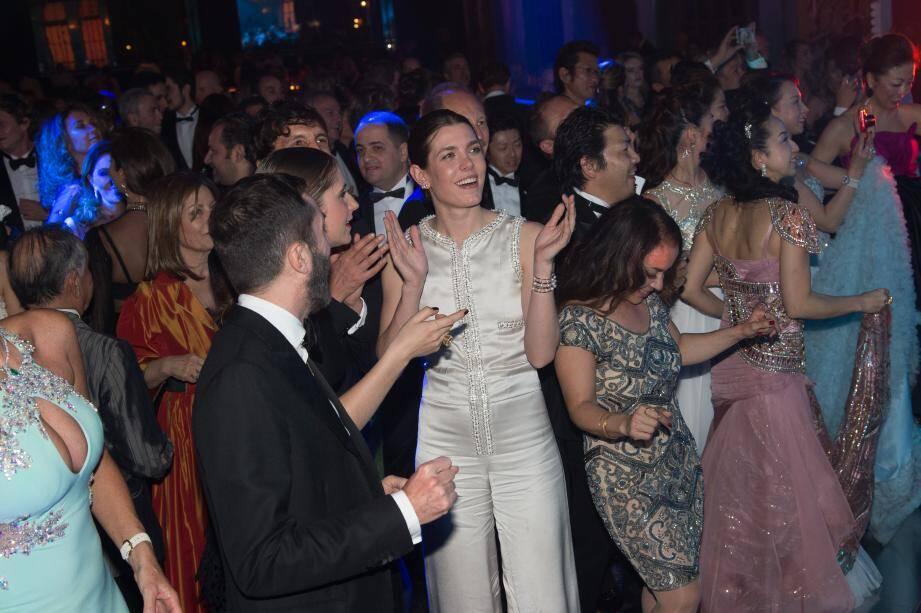 Entourée par ses amis, Charlotte Casiraghi, habillée par Chanel.