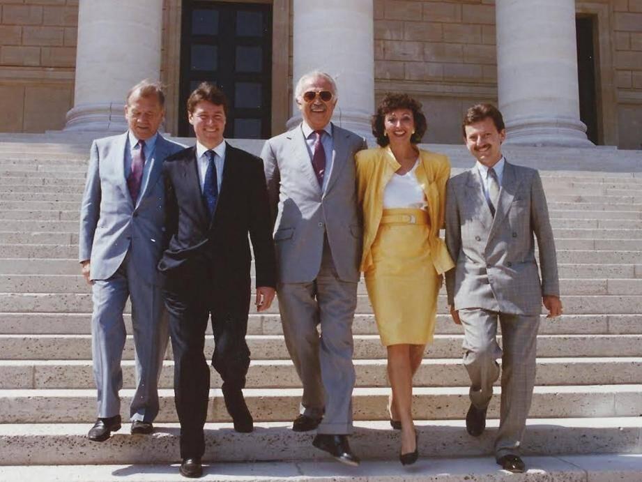 Sur les marches de l'Assemblée nationale en 1988 : Jacques Médecin au milieu de Charles Ehrmann, député réélu, Christian Estrosi, Martine Gasquet-Daugreilh (dont Jacques Médecin était le suppléant), Rudy Salles, élus députés pour la première fois.