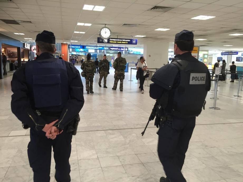 Les patrouilles de policiers, de CRS et de militaires sillonnent les couloirs de l'aéroport de Nice dans une ambiance pesante.