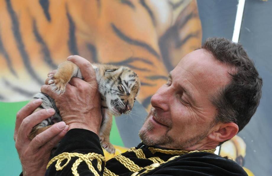 Cogérant du cirque, Steve Landri présente le dernier né de la troupe.