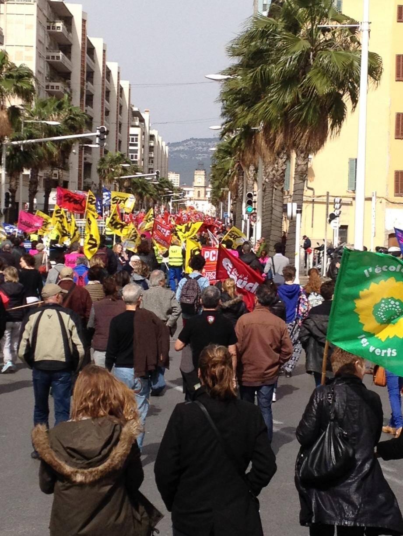 Selon les syndicats, 8.000 personnes manifestaient ce jeudi matin à Toulon. Ils étaient 3.200 selon la police.