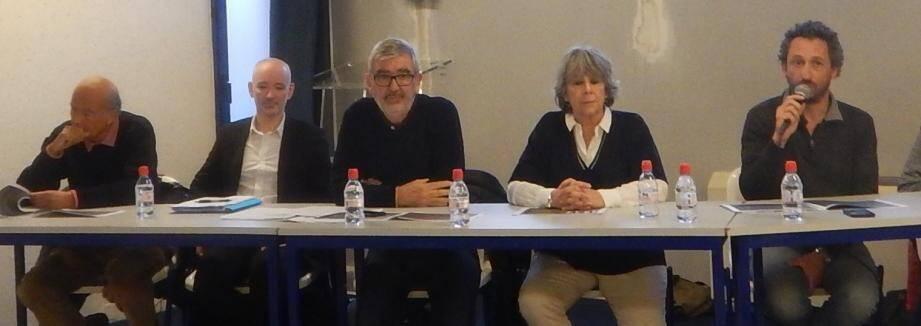 Le président Didier Cade (au micro) a insisté sur l'avancement inquiétant du projet de la LGV jeudi soir à l'Espace Azur au Beausset, à l'occasion de l'assemblée générale.