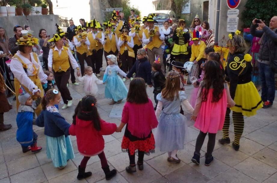 Avant le départ du joyeux cortège, puis pendant le défilé dans le village.