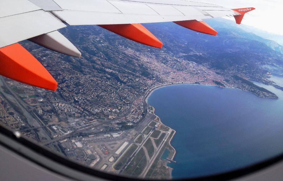 Vue sur l'aéroport de Nice depuis un avion easyjet
