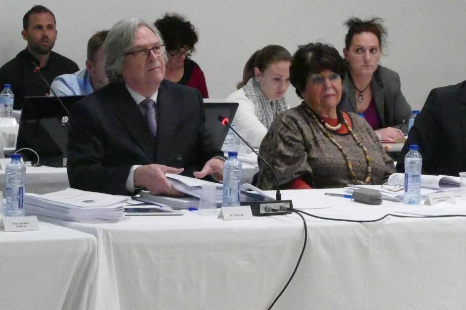 Le maire Robert Masson (photo ci-contre) et son opposant Alain Bencivengo ont débattu frontalement ! (Photos R.Q.)