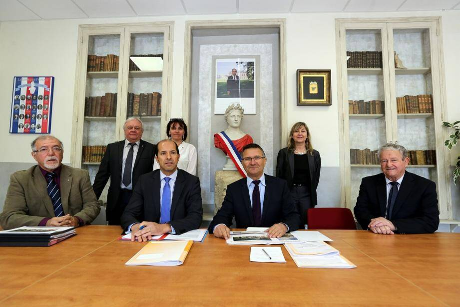 Le sous-préfet de Brignoles Raymond Yeddou (cravate bleue) a pris connaissance des projets d'investissements de la commune. Des projets qu'il examinera et accompagnera au mieux.